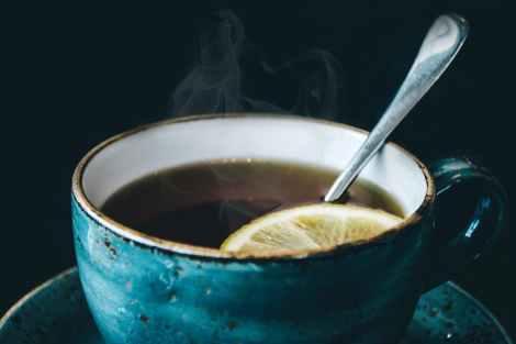 le thé noir a également un effet hydratant pour le corps humain. De ce fait, il s'agit d'une boisson qui peut bien servie pour se désaltérer en été. Elle est idéale pour les personnes qui ont du mal a boire de l'eau pure.